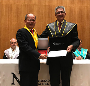 Pictured (l-r): Professor Da-Wen Sun, UCD School of Biosystems and Food Engineering receives an honorary doctorate from Dr Andrés Velarde, Rector, Universidad Privada del Norte (UPN), Peru.